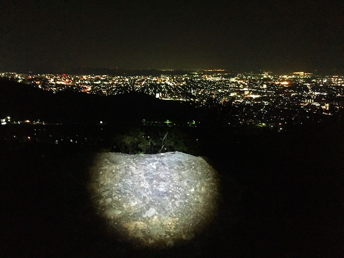 トンガリ山からの夜景はトンガリ山より一段あがったピークのところで撮影しました