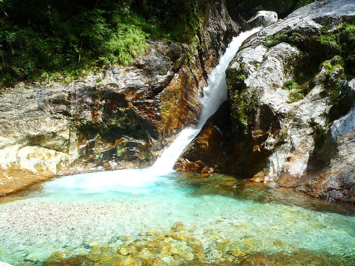 さぁ~3週間ぶりにやってまいりました。2段10Mのブルーの滝。何度みても超綺麗