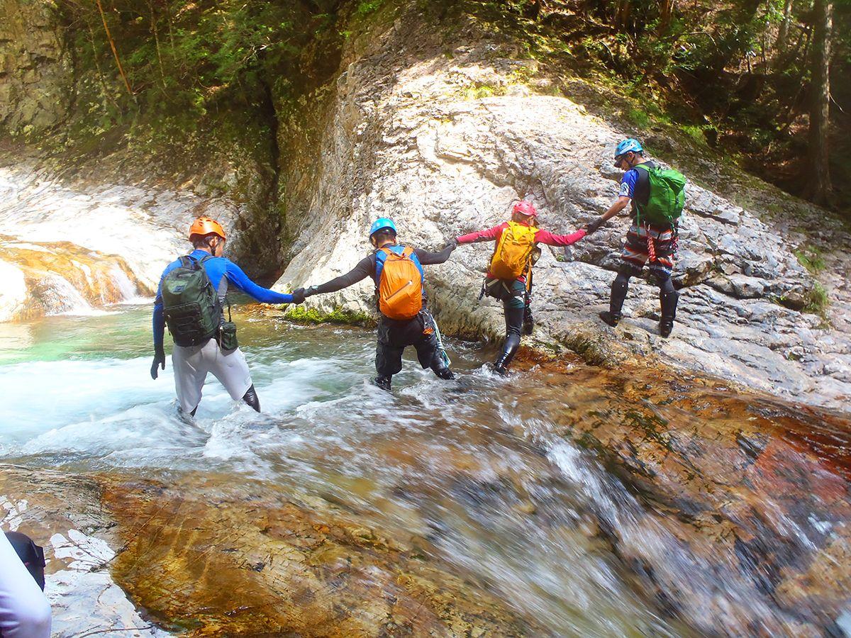 ナメ沢地帯、流されると滝にいっちゃうので、手をつなぎ合っていってました。ちなみに足を変なところに置いてしまい、ここで流されそうになりました