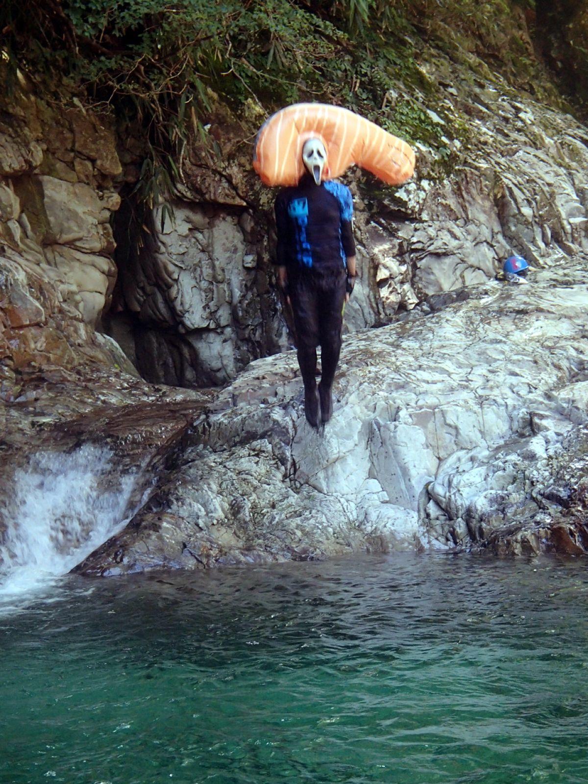 登山好人さん撮影のひでぶーさんの飛び込む一瞬、これはいい!!!