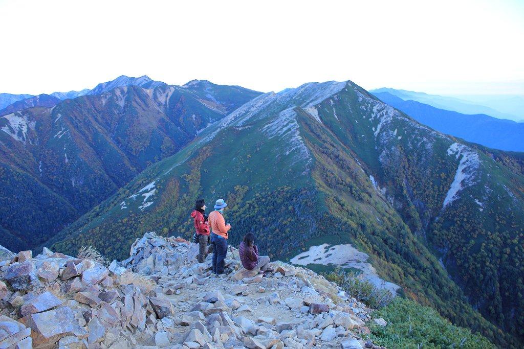 横通岳、大天井岳の向こう側まで見えてきて、結構高いところまで登ってきた