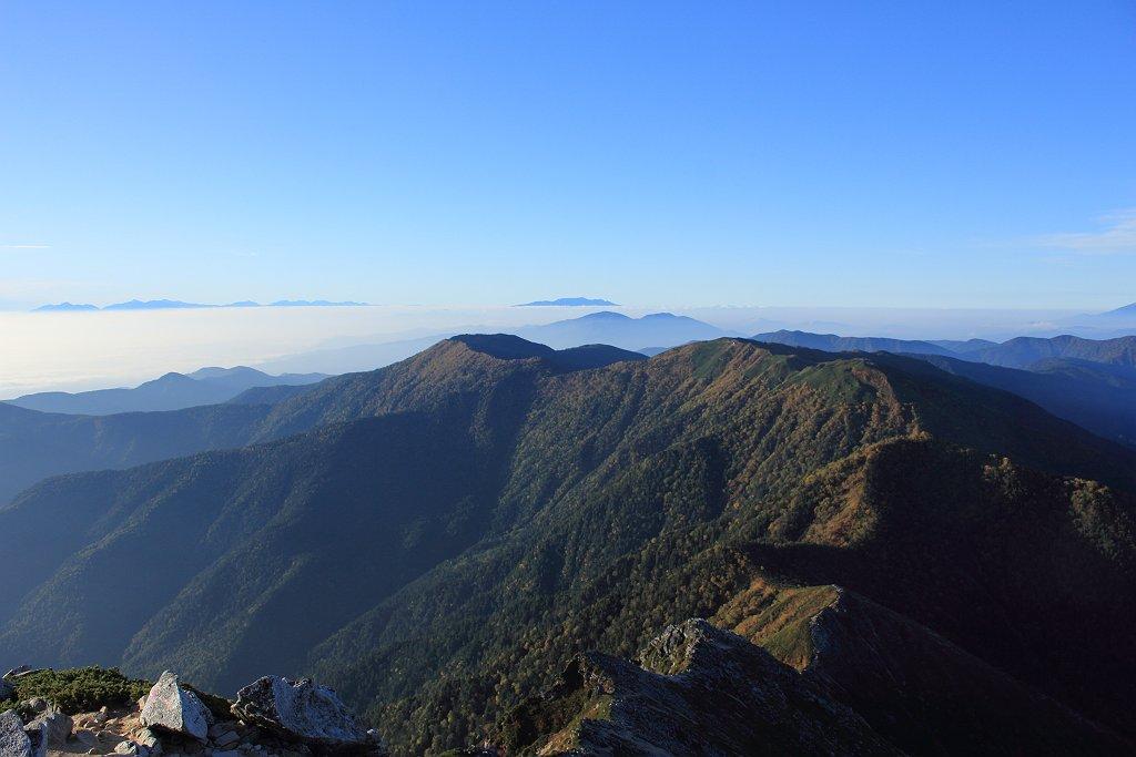 蝶ヶ岳とその向こうに中央アルプス