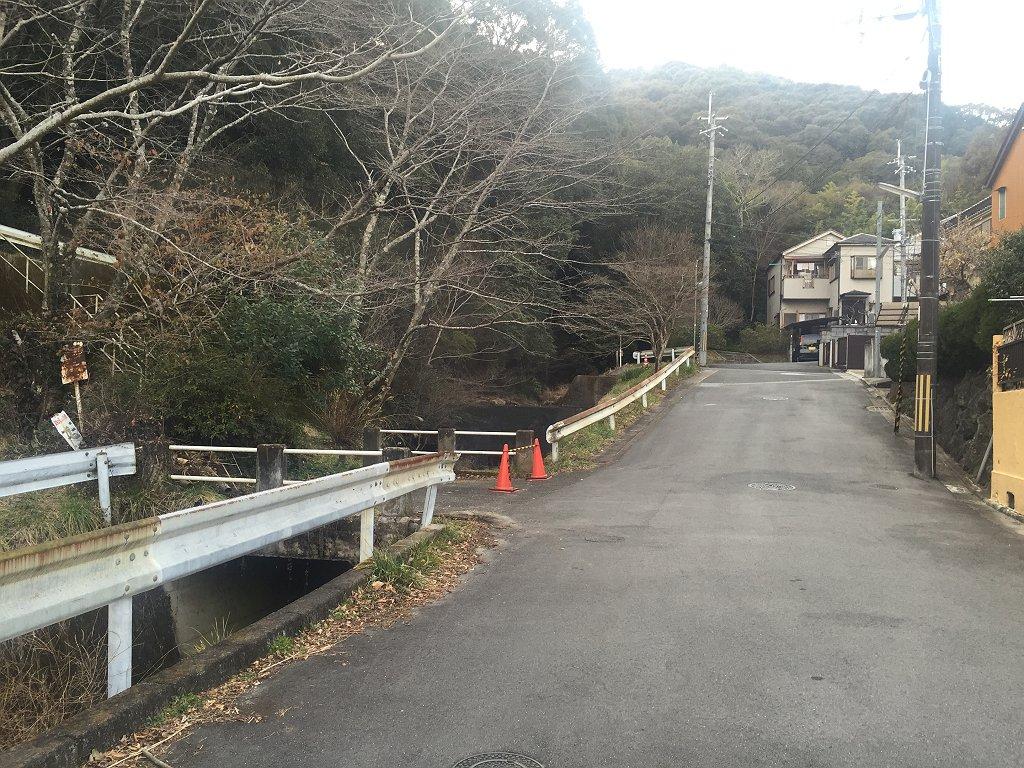 小倉神社スタートと思いきや登山者は久保川の右手のこの付近から登ってくれとのことだったのここからスタート。 この左の階段を登ります