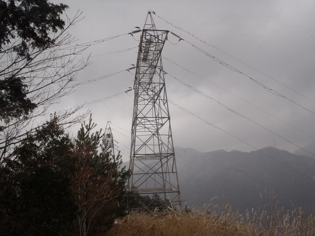 おぉーこの鉄塔はいつもハゲた感じの山の上に見えている二つの鉄塔ではないか!?ここまでの川合道はずっとなだらかだった