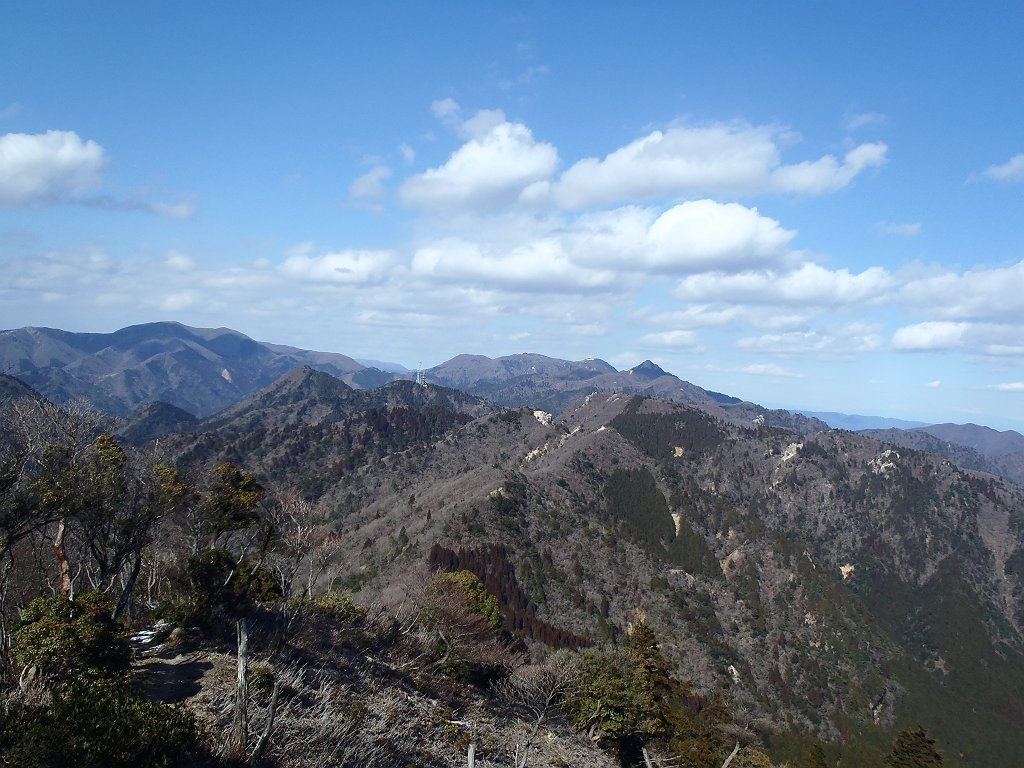 鎌ヶ岳や雨乞岳、左には綿向山まで一望できた
