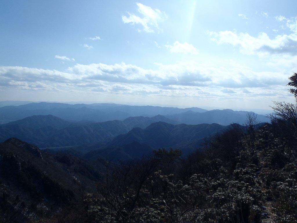 南側はうっすら台高山脈や大峰山脈も見えていた