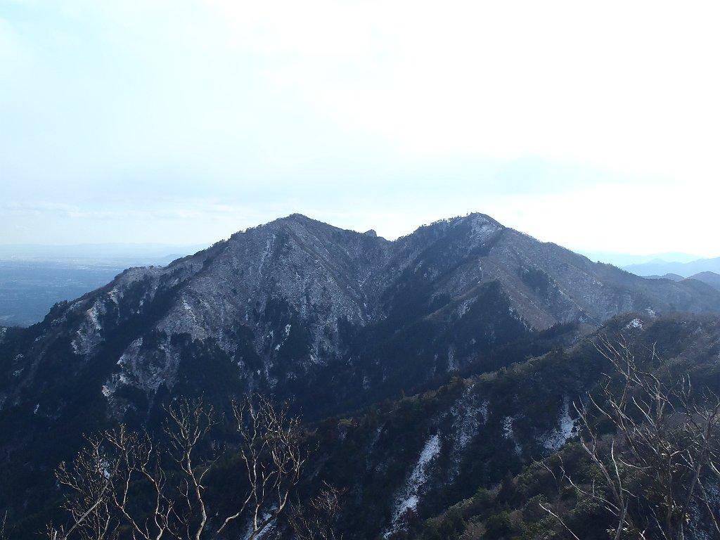 さっき登ってきた仙ヶ岳の二つのピークを振り返る