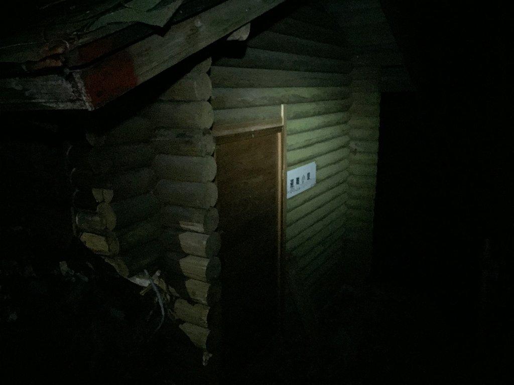 下山時、寒さでiPhoneの電池切れでようやく復活。 もうルート終わりかけに避難小屋があった。 ちなみにナイトで沢筋ルートはかなりデンジャーだった