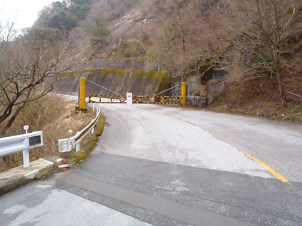 滋賀側からだと土砂崩れのためゲート閉鎖で鞍掛峠までいけない