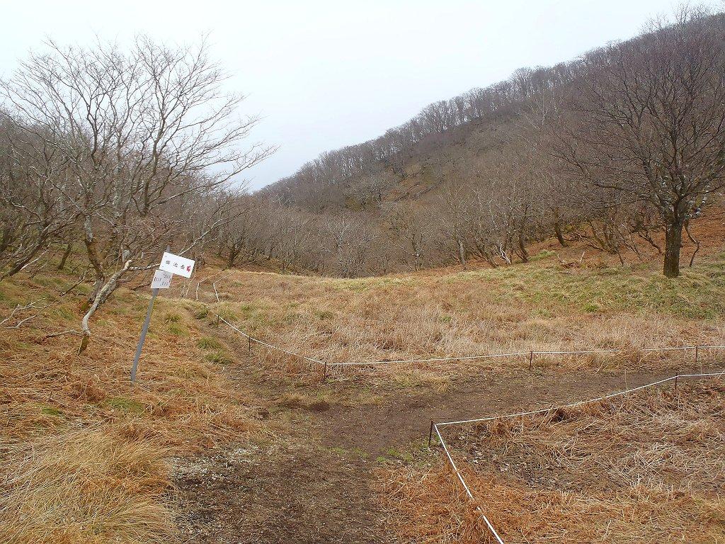 ここで右へ行き御池岳へ登っていく
