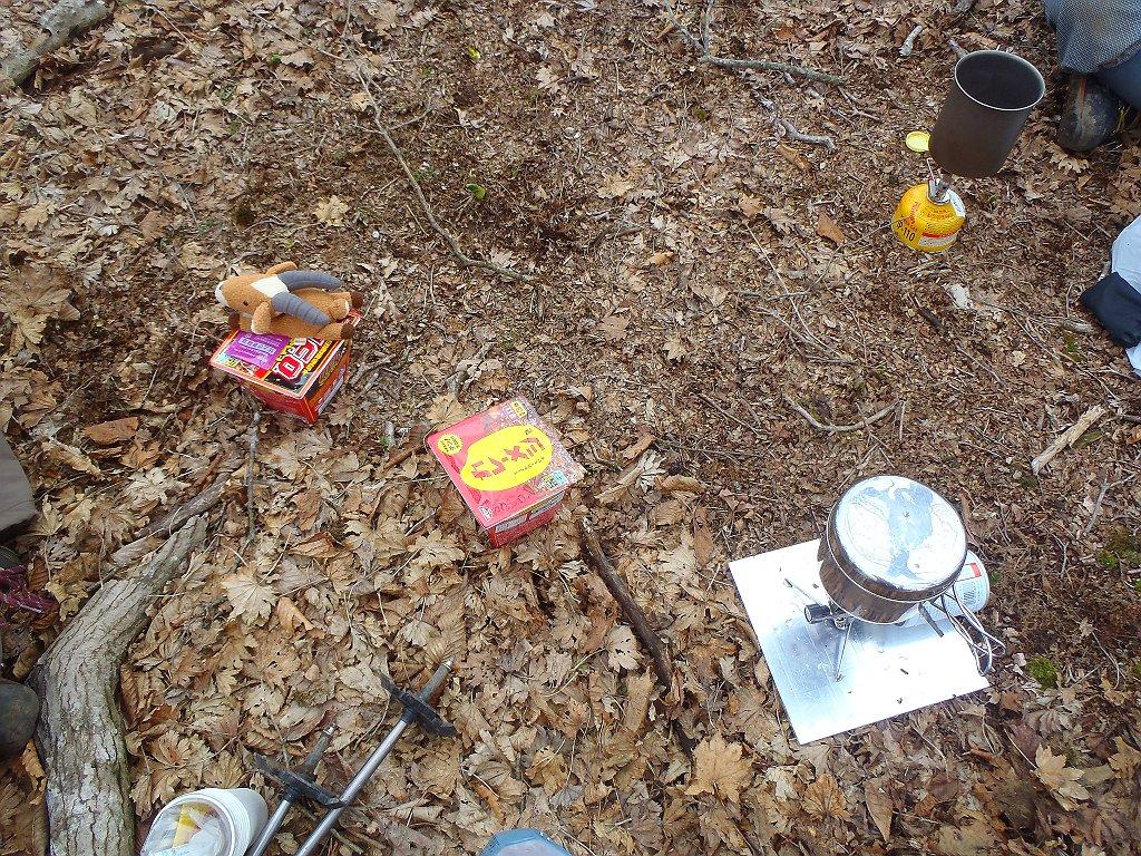 風が強かったので樹林帯の中の風が弱いところで食事。前から買っていたカレー飯と嫁はUFOそばめし