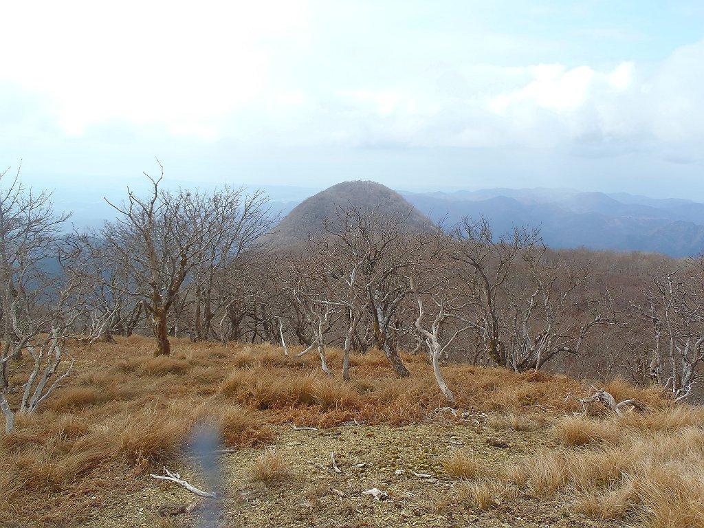 これから向かう鈴ケ岳。谷のほうを降りていくことにする