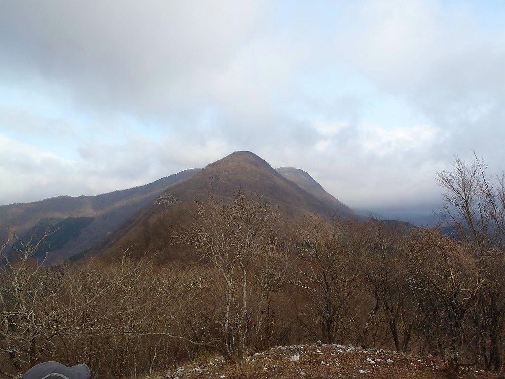 茶野山頂(930m)まできてしまったが、山と高原地図に書いてある林道なんてどこにもなかったが・・・ 鈴ケ岳を振り返る