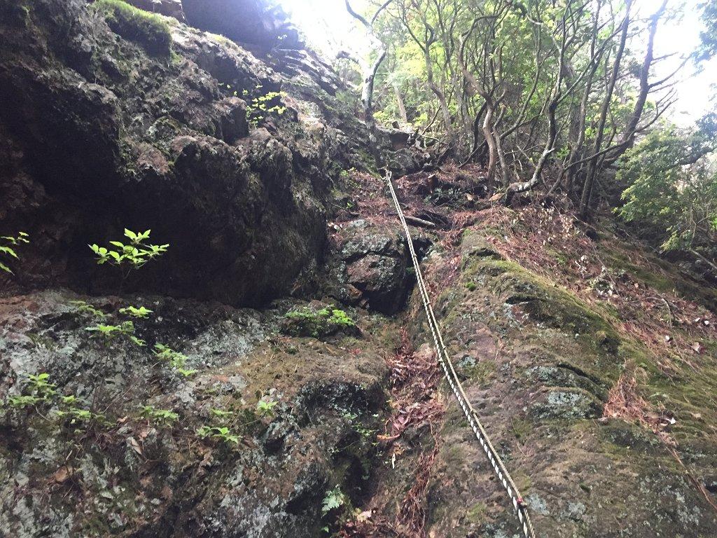 布引滝の真上あたりにこのようなトラロープがあり、ここから岩登りスタート