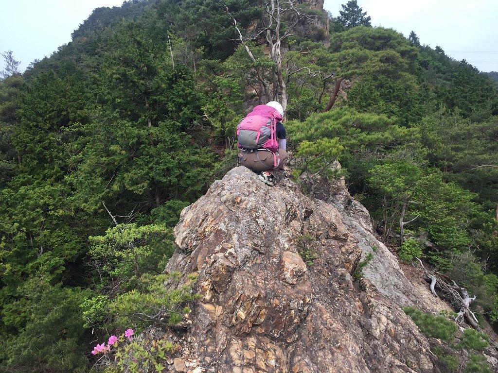 アリ背渡りのような岩をS嬢が必死に立とうとする。もちろん左手に落ちたらあの世行きとなる。S嬢のこの根性がすごい。