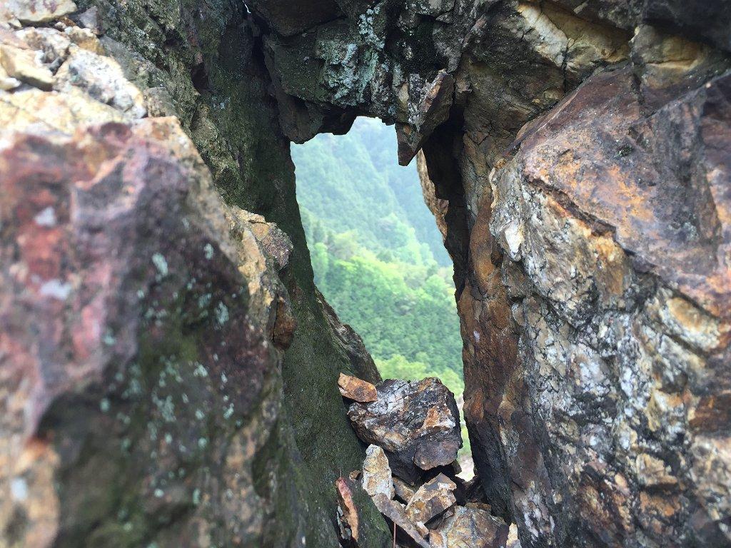 西タツガ岩にこんな穴空いてたかな!? もろくて崩れた!?