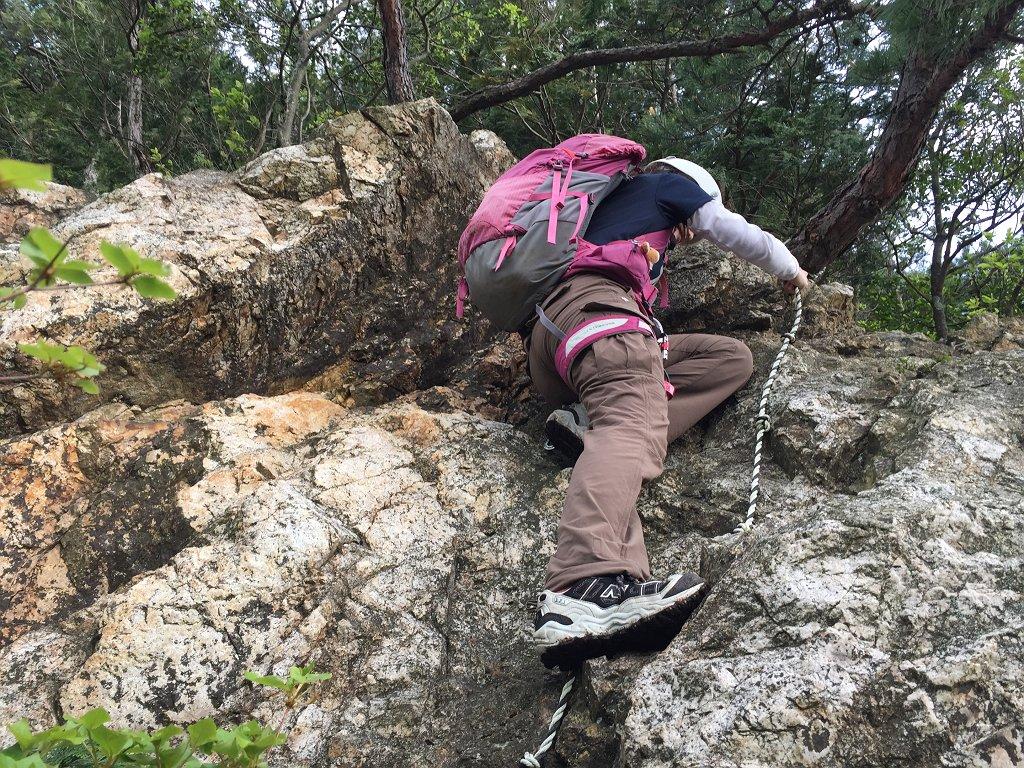 岩場の登りは結構ホールドポイントが高くS嬢がちょい苦戦していた