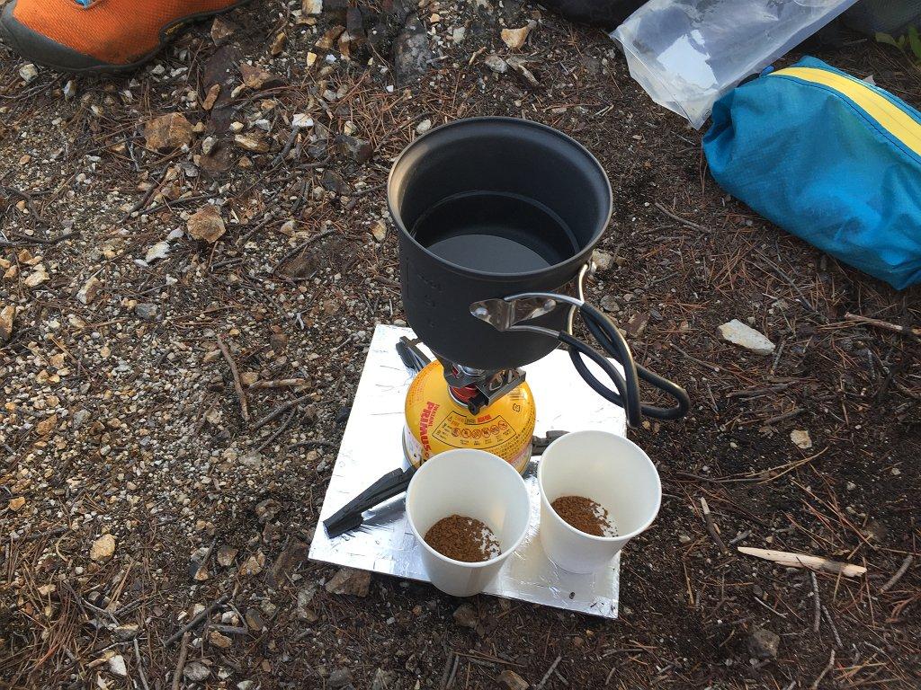 西タツガ岩に戻り、夕方のコーヒータイム