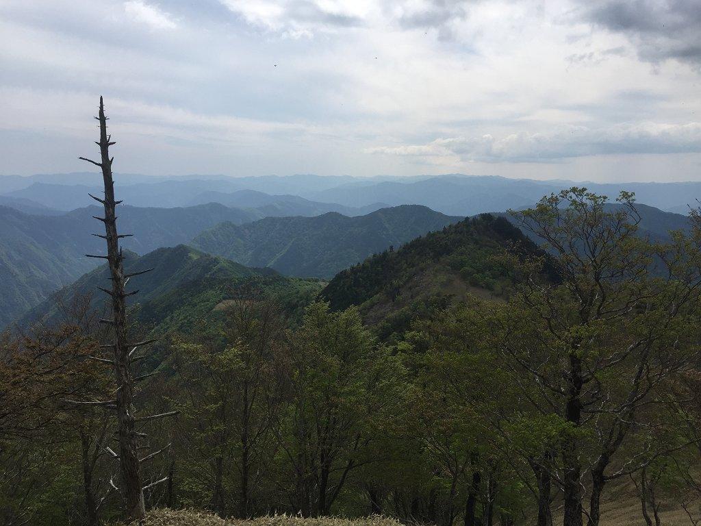 アケボノ平に向かう途中、南側の山が連なる素晴らしい景色が見れた