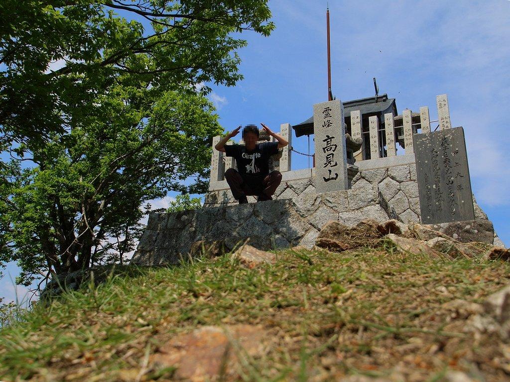 誰もいなくなったすきに祠で記念撮影をする 最近は山のポーズ