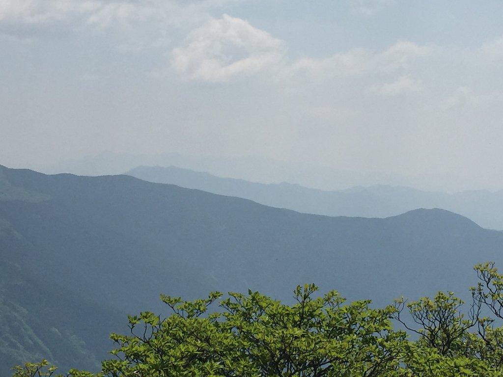 うっすらだけど向こう側に大峰の大普賢岳を望むことができた