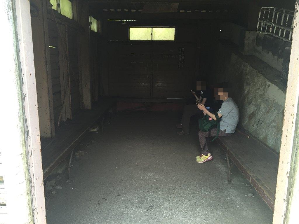 避難小屋を除くと母と嫁が二人して携帯、スマホいじり。 外は熱いので中で涼んでいたようだ。 とりあえず景色を撮影しにいくことにした