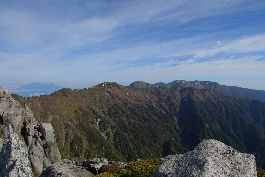 宝剣岳からの縦走路の尾根も見えてきた