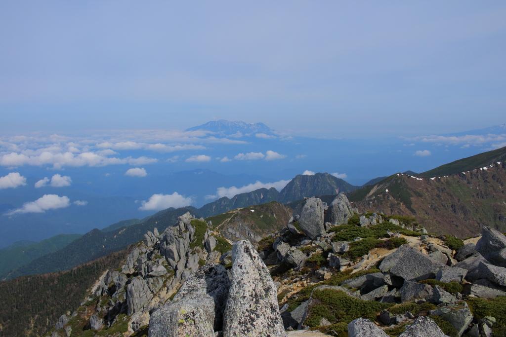 御嶽山アップにすると左側が白くなっていたが、雪ではなく噴火した後の灰がかぶってるのか!?