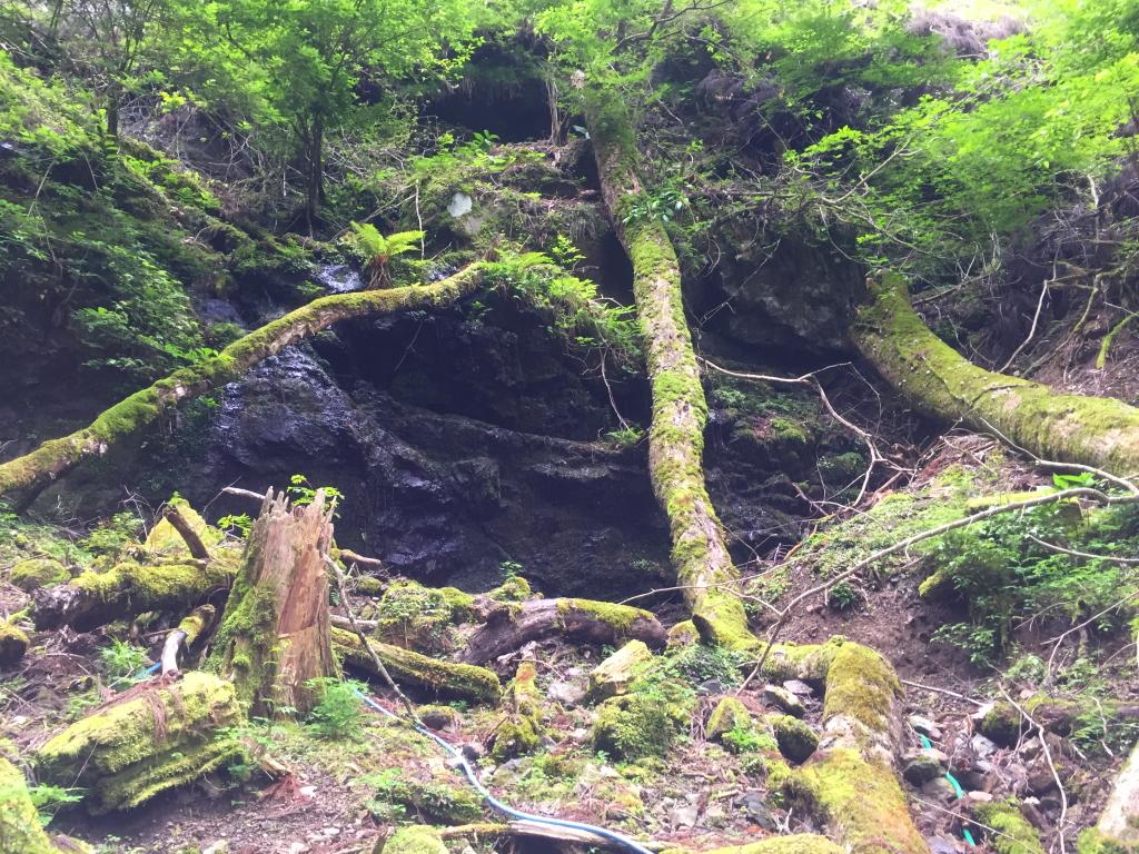 石清水の岩場 この登山ルートは休めるところがここしかなかったかも 水が冷たい