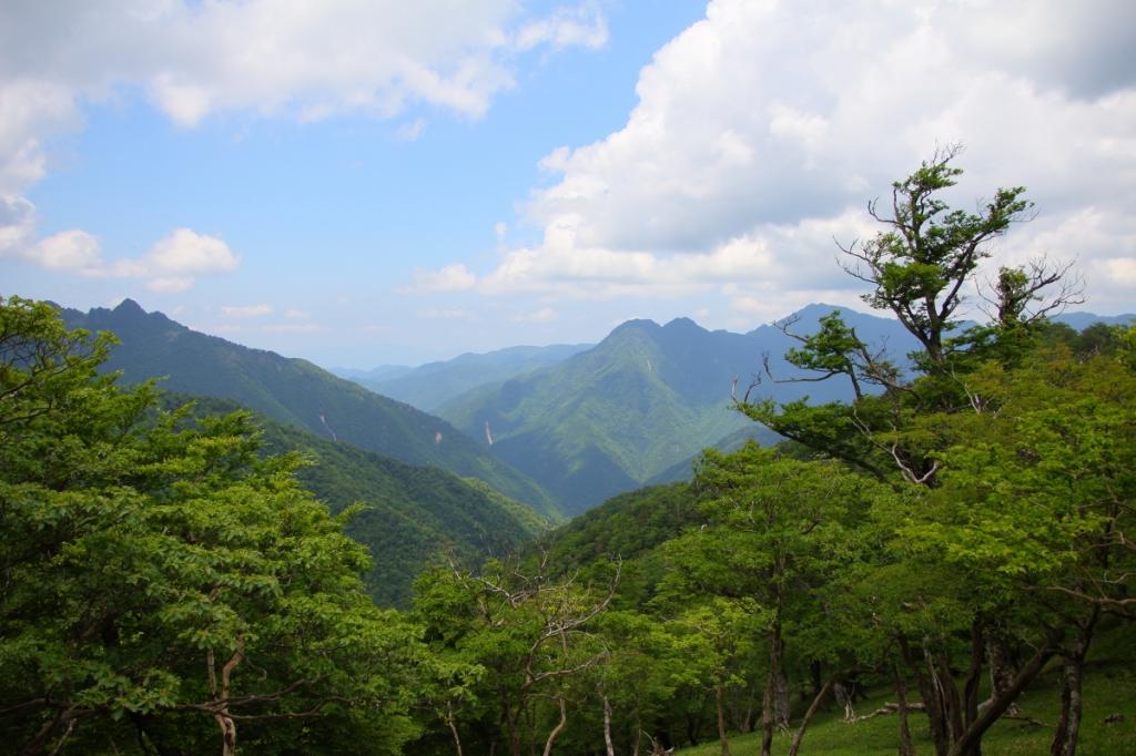 左に鉄山、右にバリゴヤの頭と稲村ヶ岳