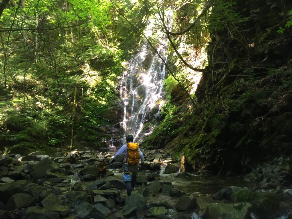 入渓してすぐ神秘的な滝があった