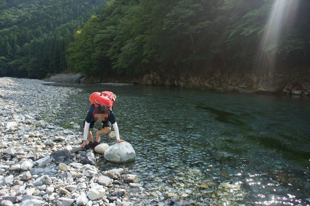 川迫ダムに出たらはだしで対岸を渡るけど、足が石に当たりまくって痛かった