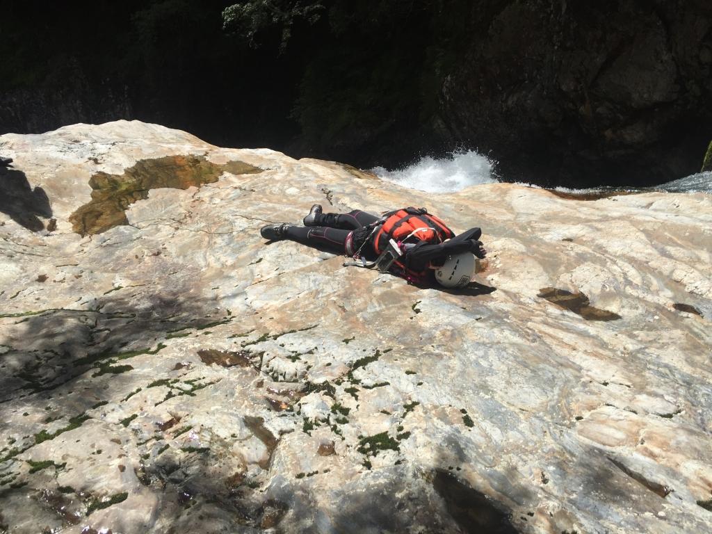 滝を登るとひなたぽっこできるところがあってS嬢が体を温める。さっきの昼食の場所は日陰だったのでやけに寒かった