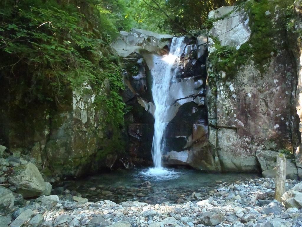 最初あたりの滝。これは右岸から巻きました