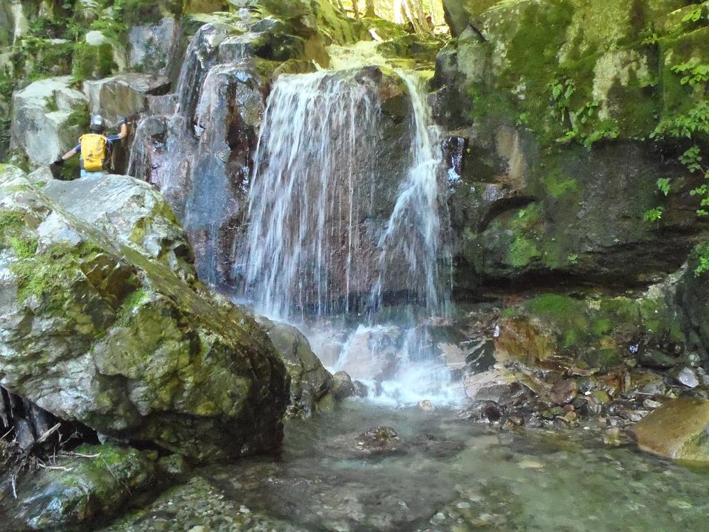 続いてこの滝、実際みるとちょい神秘的