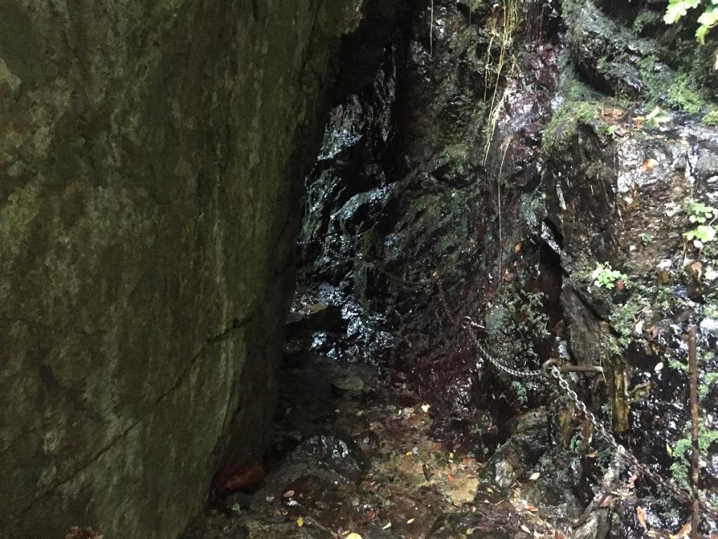 記事でよく見るこの岩の間のトンネル