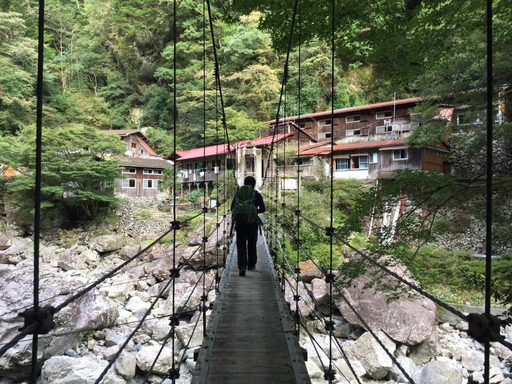 桃ノ木小屋手前の吊り橋を渡る