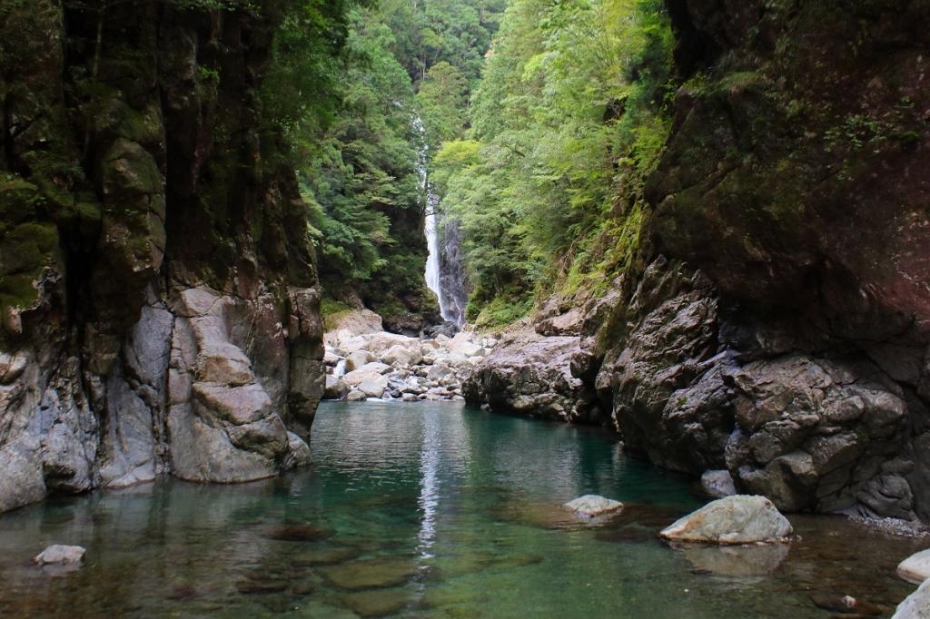 シン渕。奥にニコニコ滝