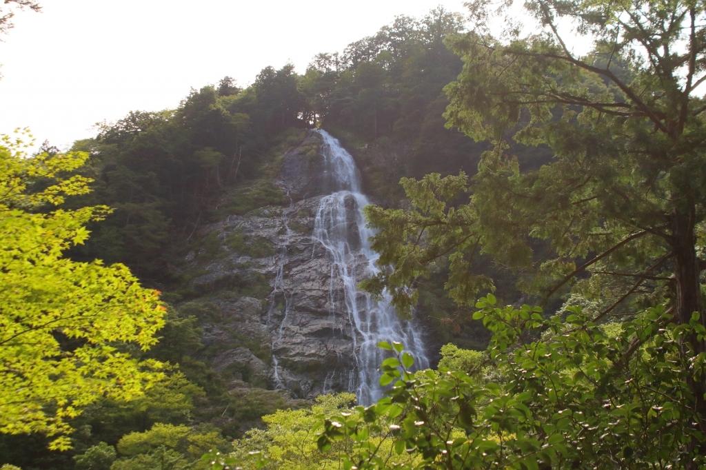 千尋滝。これもすごい滝だったけど逆光だったのが残念