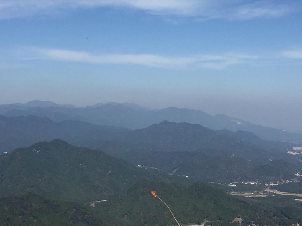 ズームで鈴鹿山脈。うっすらと御在所やら鎌ヶ岳が見える
