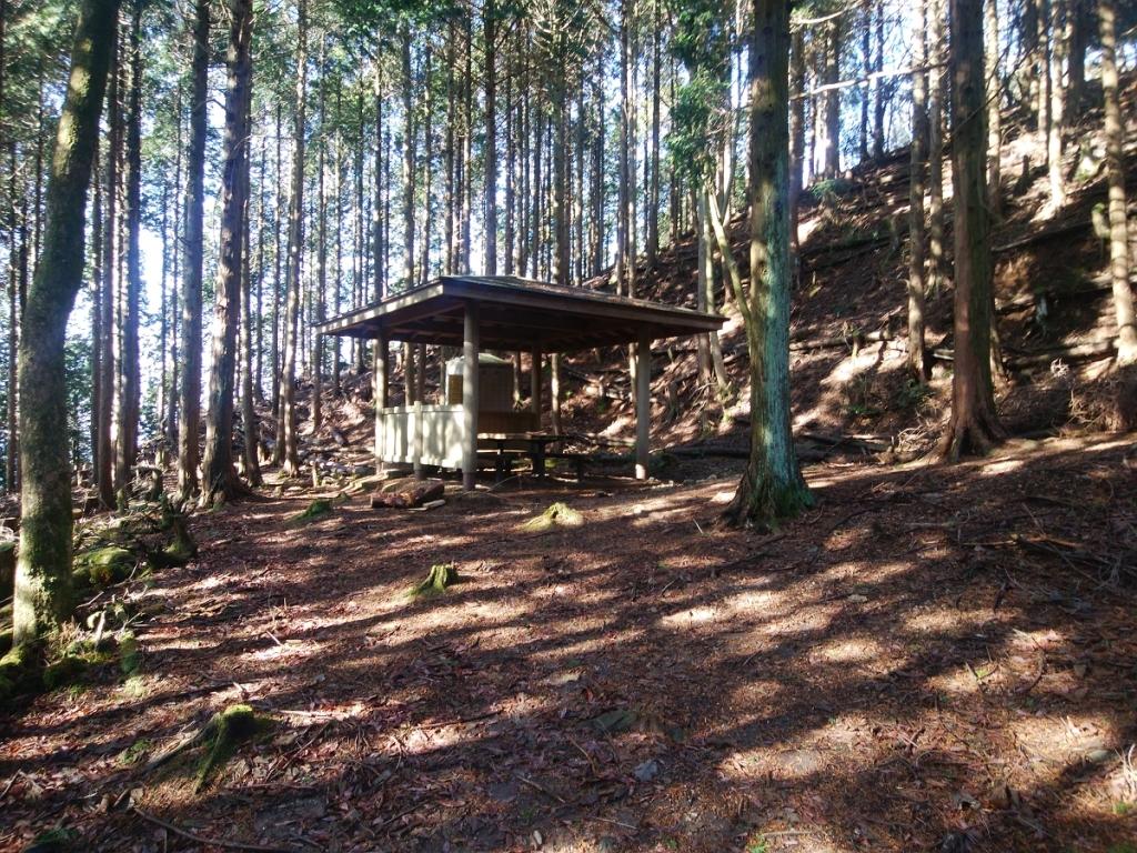 山頂直下に東屋と簡易トイレがあった