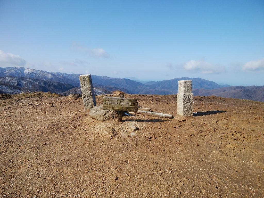 地面に赤坂山のプレートがあった(823.8m)