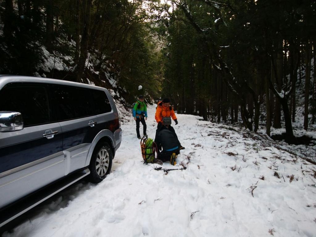 ここからは雪であがれないので林道の途中に車を停めてスタート