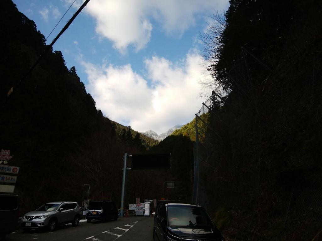 駐車場所から大普賢方面を見るとまだ現役の雪山だけど、この付近は雪が全くない