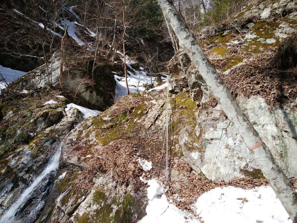 ここで初めての残置ロープ箇所。ここがアイゼンとピッケル装着してると登りにくい