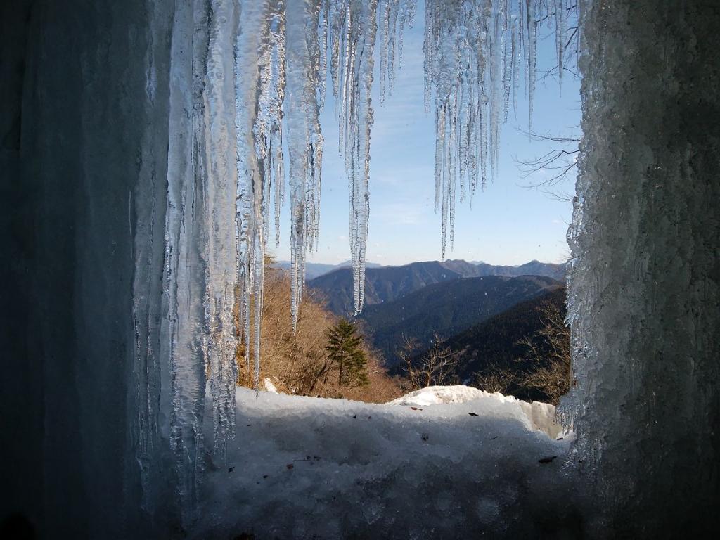 氷柱の間からみる景色。これはこれで神秘的だった
