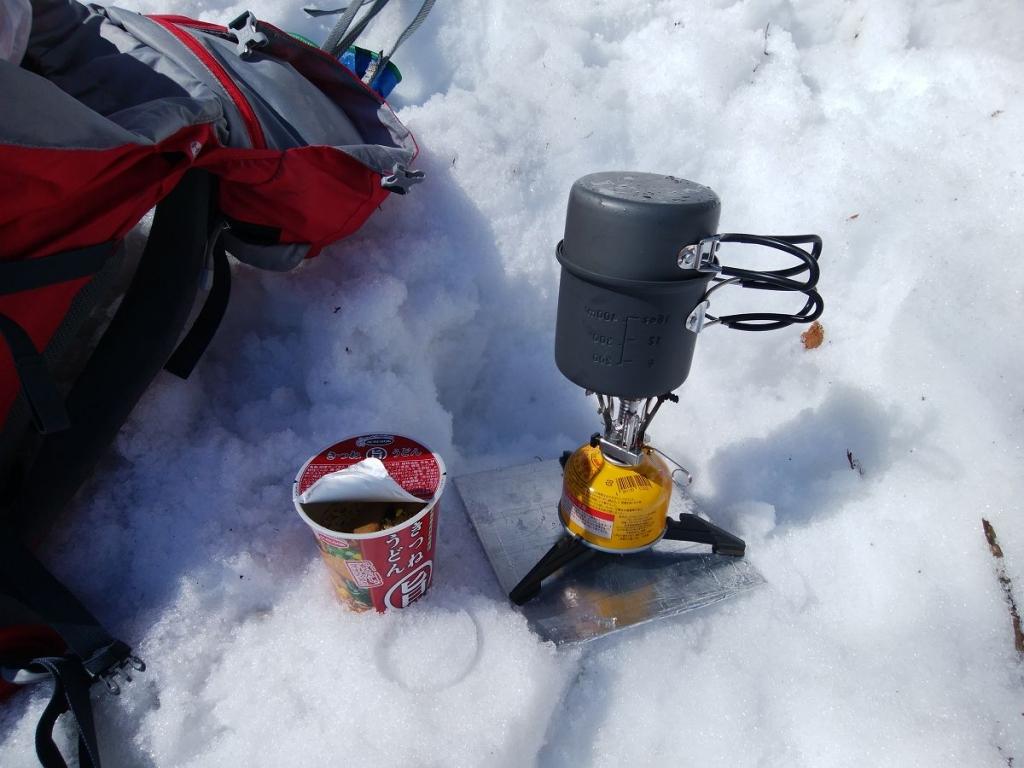 氷の塊が滝から落ちてきて危険なので少し離れて昼食にする