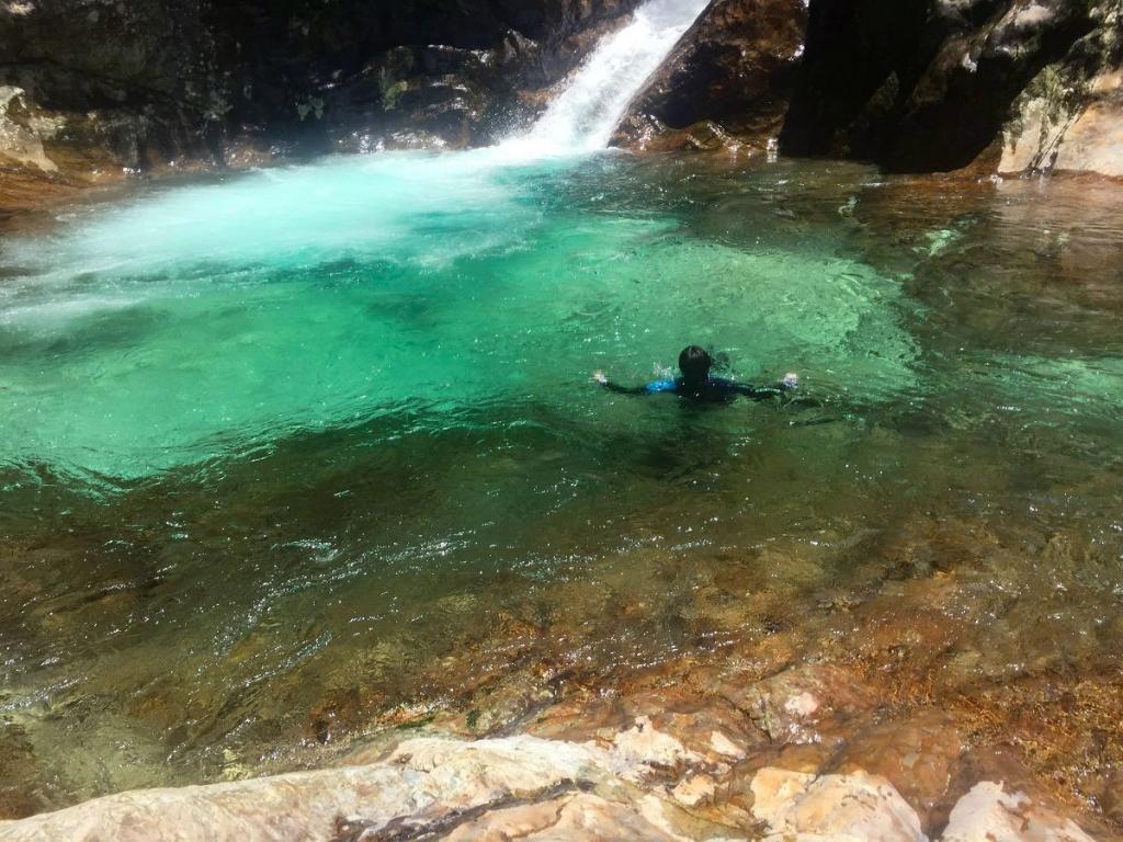 10m2段の滝壺でひでぶーさんが浮かぶ