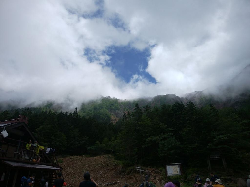 青空があって稜線が見えるときあるけど、やっぱすぐにガスる