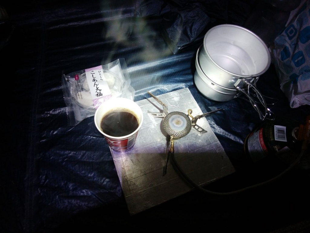 夜22:30に目が覚めると外は雨。テント内でコーヒーを作っていただく